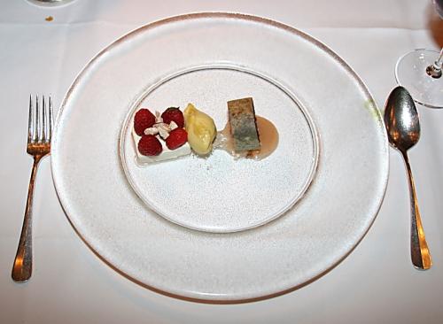 Himbeeren auf Joghurt, Aprikosensorbet und Tartlet mit schwarzem Reis