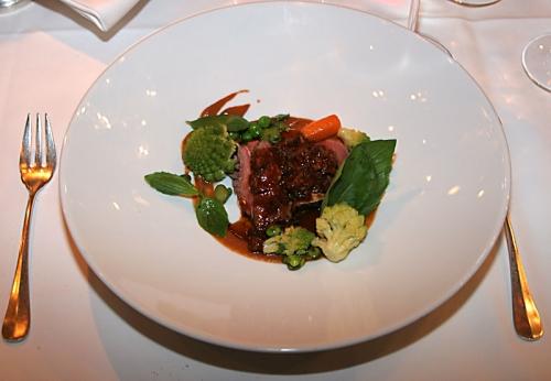 rosa gebratene Lammnuß mit Erbsen, Saubohnen, Romanesco und Olivensauce