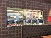 Blick durch Vitrine in die Küche vom Kuffler California Kitchen