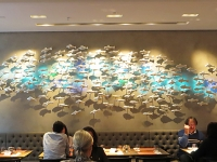 Delphin aus lauter Mini-Delphinen an der Wand