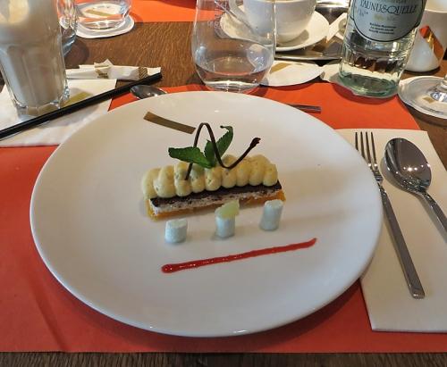 Marshmallows mit Coconut Orange Duett - handgemachte Marshmallows und daneben an Kokosnuss mit Schokolade, süßen Orangenfilets und Orangenschaum mit Minze