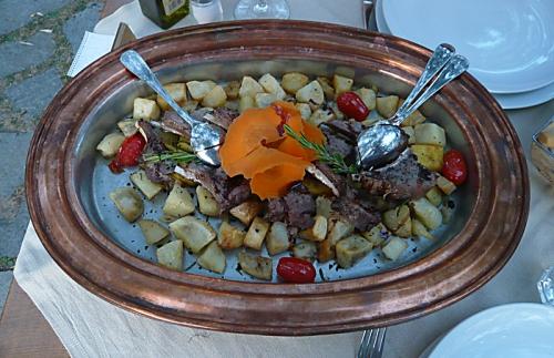 Lammkarré mit Kartoffeln und Tomaten
