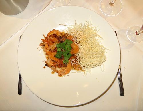 Jumbo Tigergarnelen und Jakobsmuscheln auf Röstpfeffer und Thai-Sambal-Sauce mit Chili-Siracha-Kartoffelpüree und Gemüse-Timbal