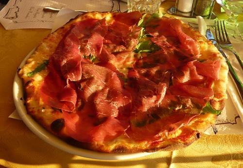 Leckere Pizza Campagnola