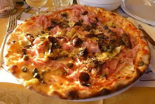 Leckere Pizza Capricciosa