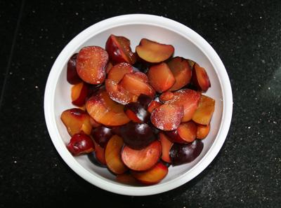 Pflaumen-Fruchtfleisch mit Gelierzucker, Mark der Vanilleschote und zartbittere Kuvertüre