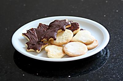 Schoko-Plätzchen und Plätzchen mit Zuckerglasur