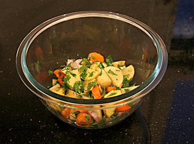 Grill-Hähnchen Füllung aus: Kartoffeln, Schalotte, Ingwer, Knoblauch, Karotte, Minze, Petersilie mit Olivenöl und Zitrone
